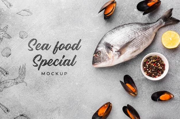 Bovenaanzicht heerlijke zee eten arrangement met mock-up