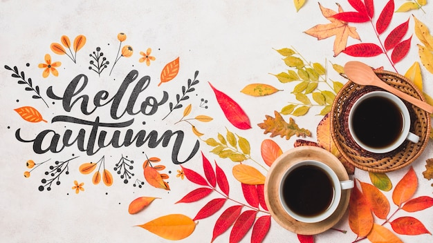 Bovenaanzicht herfst arrangement met koffie