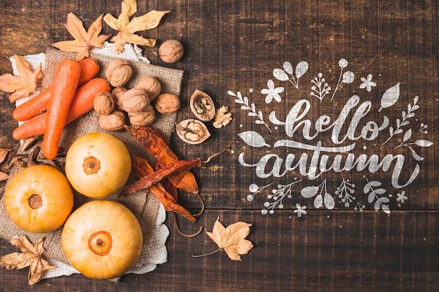 Bovenaanzicht herfst arrangement met wortelen en pompoenen