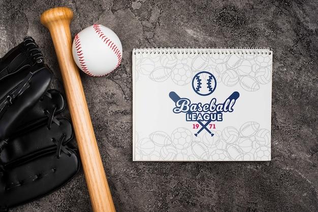 Bovenaanzicht honkbalknuppel met handschoen en bal