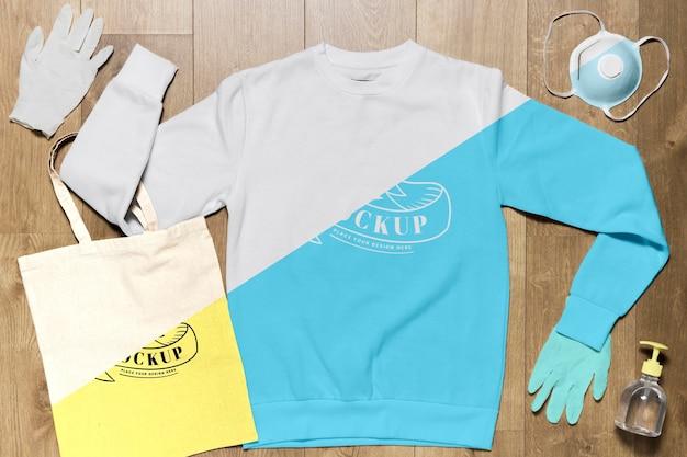 Bovenaanzicht hoodie mock-up met handschoenen, masker en handdesinfecterend middel