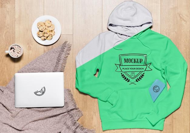 Bovenaanzicht hoodie mock-up met koekjes en tablet