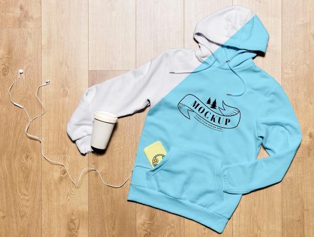 Bovenaanzicht hoodie mock-up met koffiekopje en telefoonhoesje