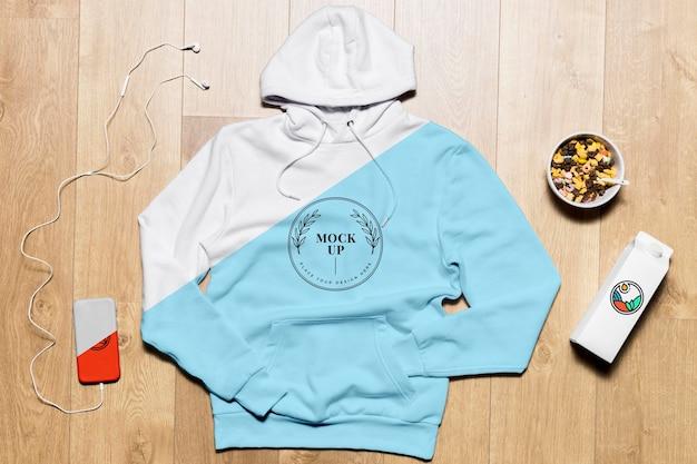 Bovenaanzicht hoodie mock-up met telefoon en snack