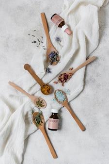 Bovenaanzicht houten lepels met bloemblaadje bloemen