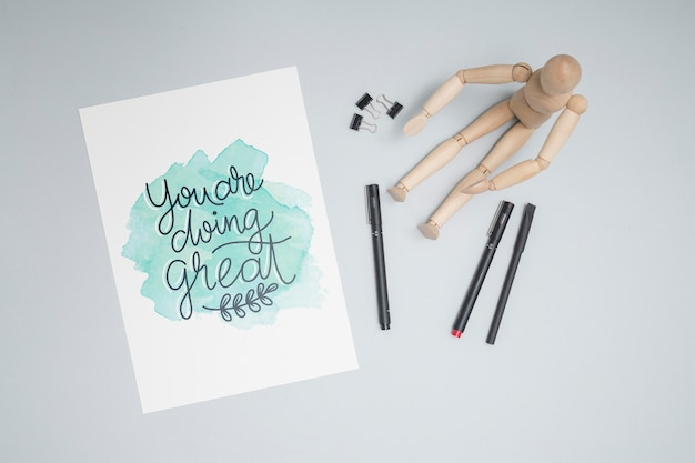 Bovenaanzicht houten pop met pennen