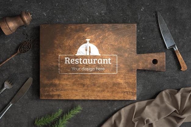 Bovenaanzicht houten snijplank met mock-up