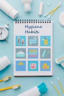 Bovenaanzicht hygiëneaccessoires en gewoonten