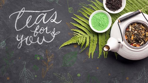 Bovenaanzicht keramische theepot met heerlijke kruiden