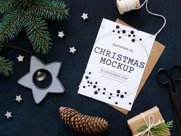 Bovenaanzicht kerstavond compositie met kaart en envelop