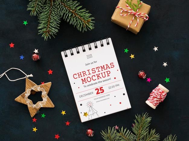 Bovenaanzicht kerstavond samenstelling met blocnote