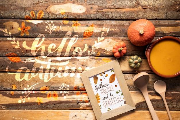 Bovenaanzicht keukengerei en smaakvolle herfst eten