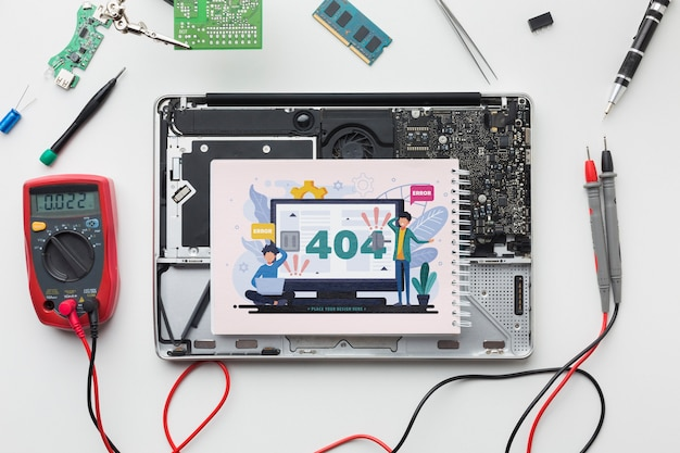 Bovenaanzicht kladblok op een kapotte laptop