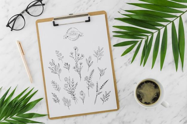 Bovenaanzicht klembord en tekenen met mock-up Gratis Psd