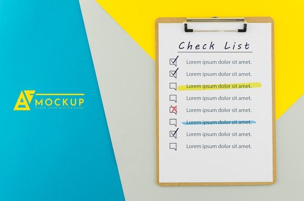 Bovenaanzicht klembord met checklist