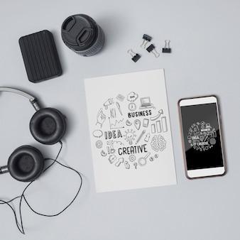 Bovenaanzicht klembord met koptelefoon