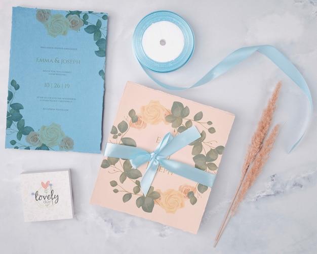Bovenaanzicht kleurrijke bruiloft uitnodiging