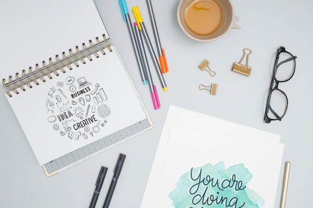 Bovenaanzicht kleurrijke pennen met koffie