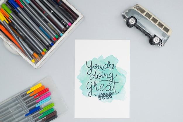 Bovenaanzicht kleurrijke pennen met speelgoedauto