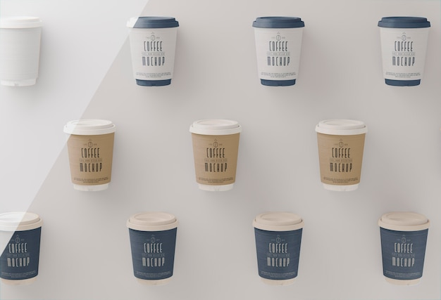 Bovenaanzicht koffiekopjes arrangement