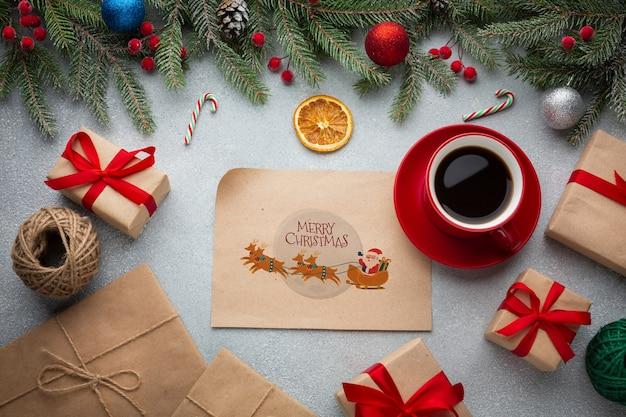 Bovenaanzicht kopje koffie met geschenkdozen
