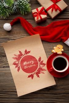 Bovenaanzicht kopje koffie met vrolijke kerst brief en kerstmuts