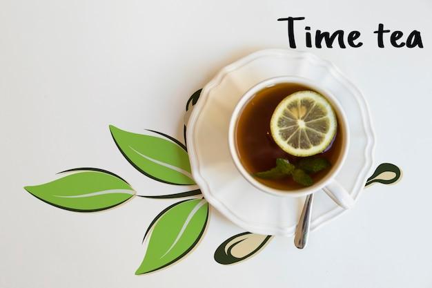 Bovenaanzicht kopje thee met limoen