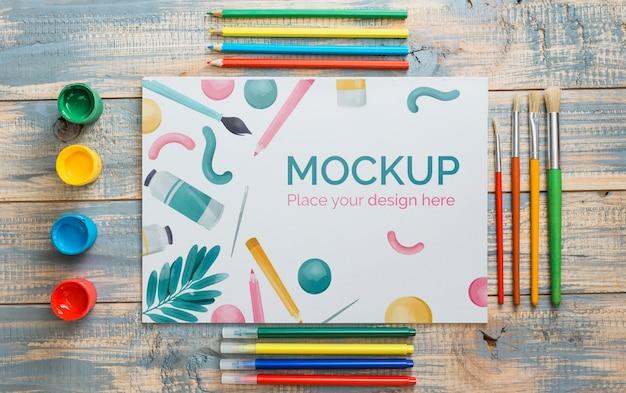 Bovenaanzicht kunstenaar concept compositie met papieren mock-up