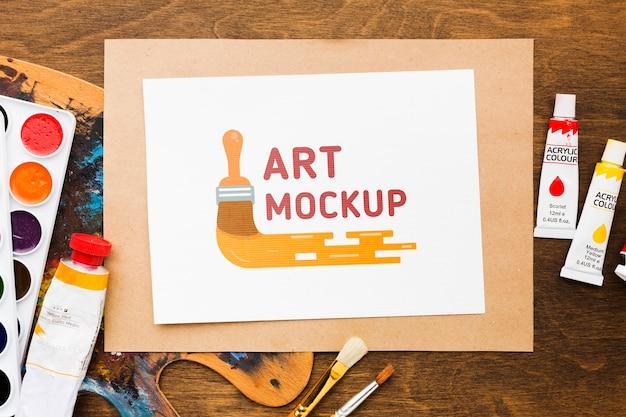 Bovenaanzicht kunstenaarsbureau met aquarellen
