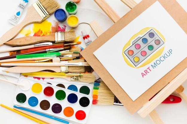 Bovenaanzicht kunstenaarsbureau met canvas standaard