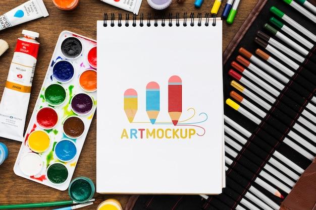 Bovenaanzicht kunstenaarsbureau met kleurrijke markeringen