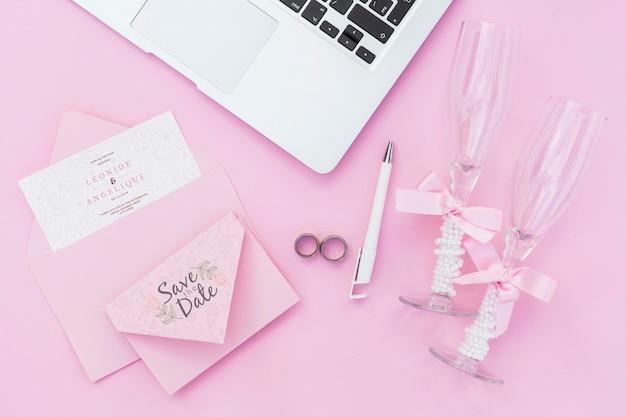 Bovenaanzicht laptop en glazen champagne voor bruiloft