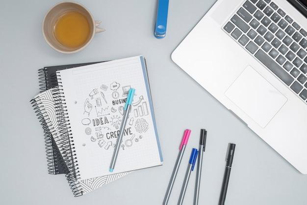 Bovenaanzicht laptop met kleurrijke pennen