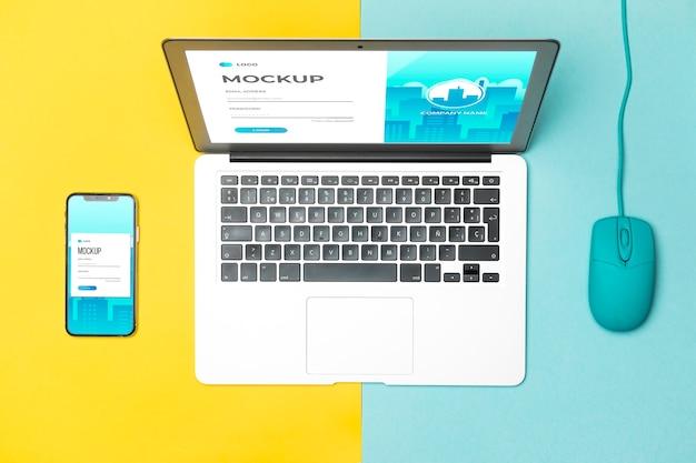 Bovenaanzicht laptop, muis en smartphone