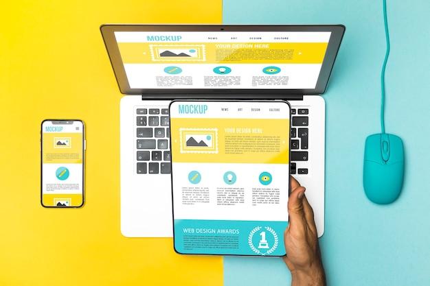 Bovenaanzicht laptop, muis, telefoon en tablet