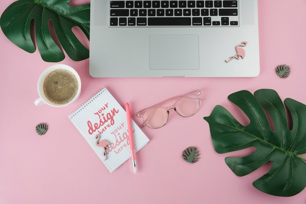 Bovenaanzicht laptop op roze achtergrond