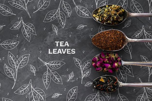 Bovenaanzicht lepels met thee kruiden