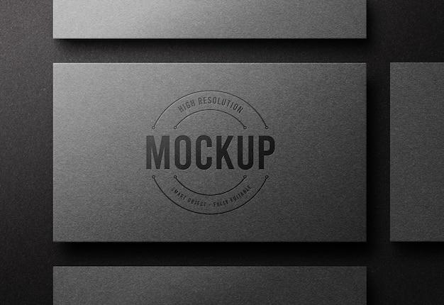 Bovenaanzicht logo mockup op zilveren visitekaartje met boekdruk effect