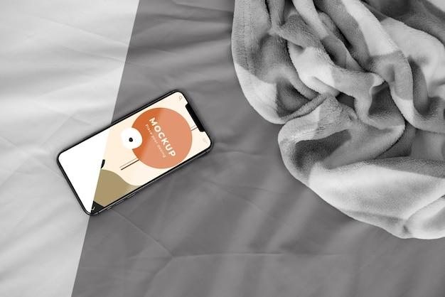 Bovenaanzicht mobiel op bed