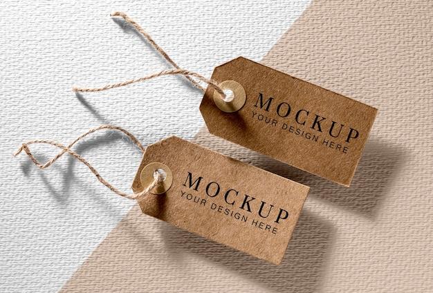 Bovenaanzicht mock-up arrangement van kartonnen kledinglabels