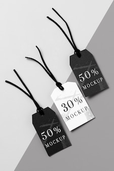 Bovenaanzicht mock-up arrangement van zwart-witte kledinglabels