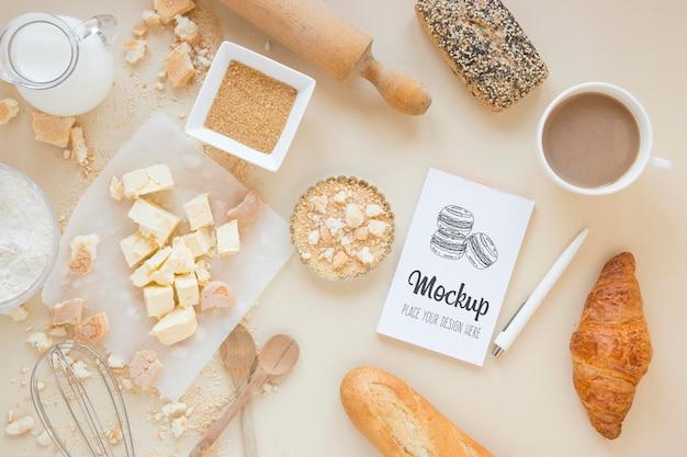 Bovenaanzicht mock-up met zoete croissants