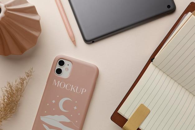 Bovenaanzicht mock-up smartphone case arrangement Premium Psd