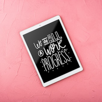 Bovenaanzicht mock-up tablet met roze achtergrond