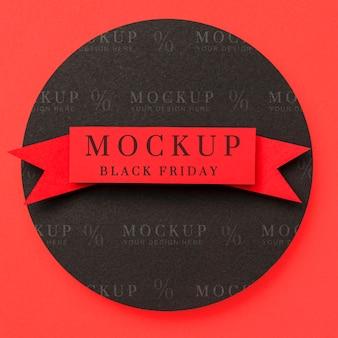 Bovenaanzicht mock-up zwarte vrijdag lint op rode achtergrond