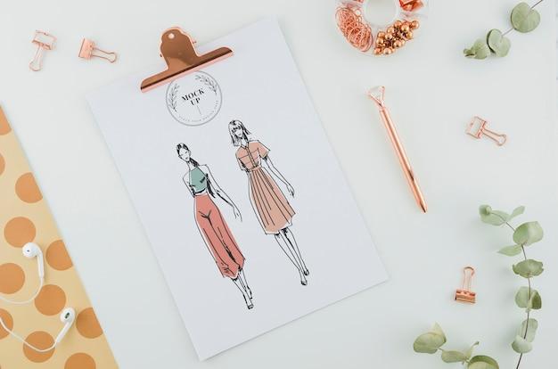 Bovenaanzicht mode puttend uit klembord