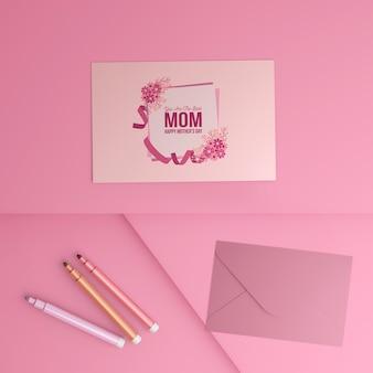 Bovenaanzicht moederdag wenskaart met envelop