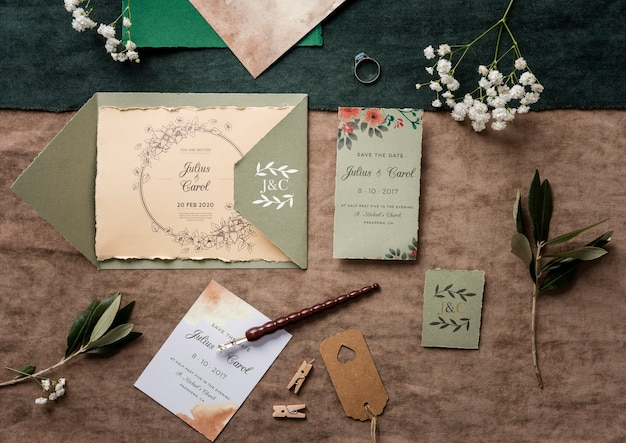 Bovenaanzicht mooi assortiment van bruiloft elementen met uitnodiging mock-up