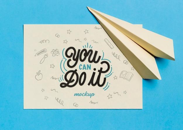 Bovenaanzicht motiverende citaat met papieren vliegtuigje