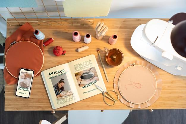 Bovenaanzicht naaimachine op tafel